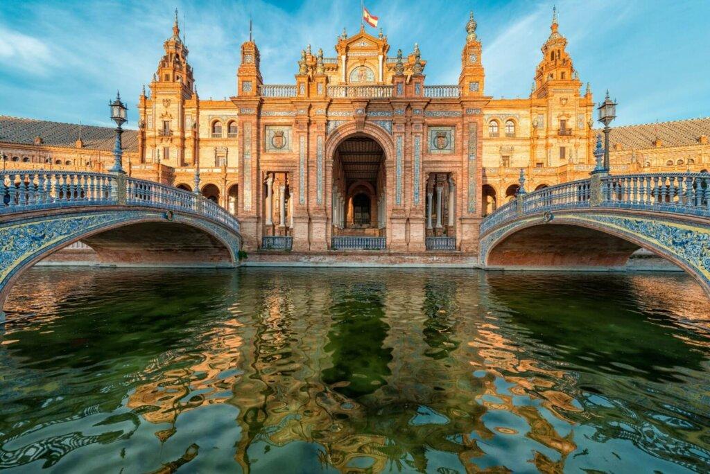Prédio antigo com lago e pontes em Andaluzia, na Espanha