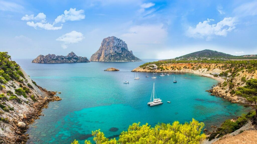 ilha de Ibiza, na Espanha, com barcos e montanhas