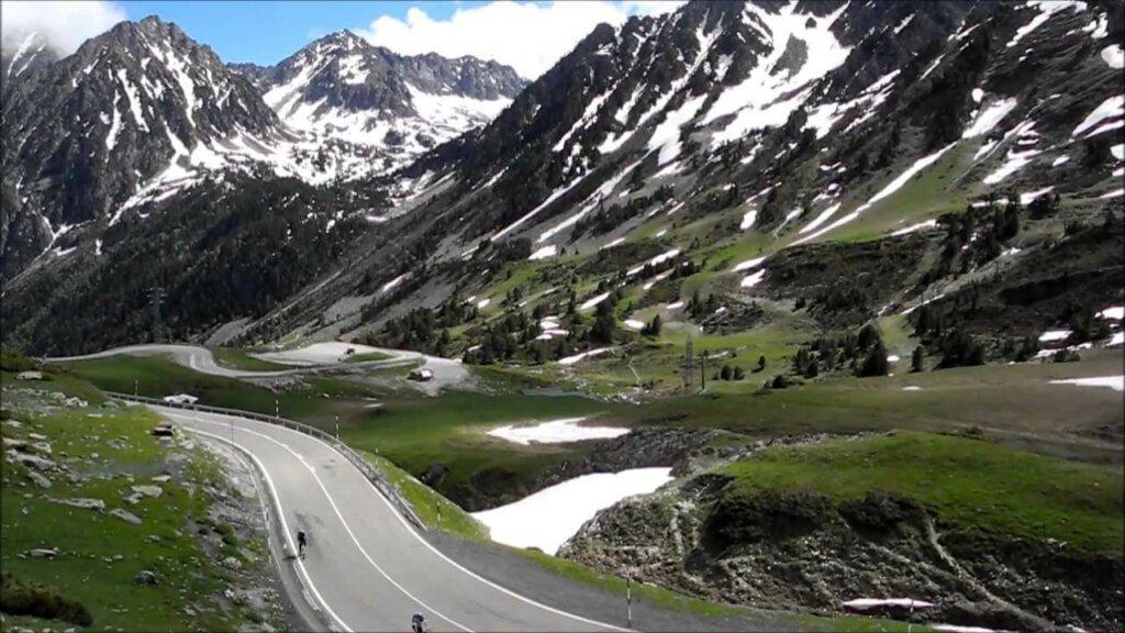 estradas e montanhas na região dos Pirineus