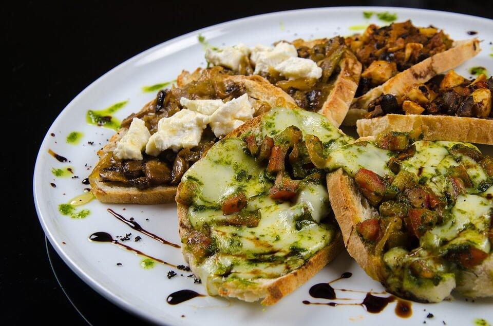 brusquetas cobertas com carne e legumes