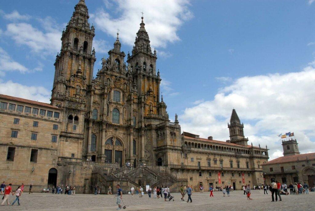 catedral de Santiago com pessoas a frente