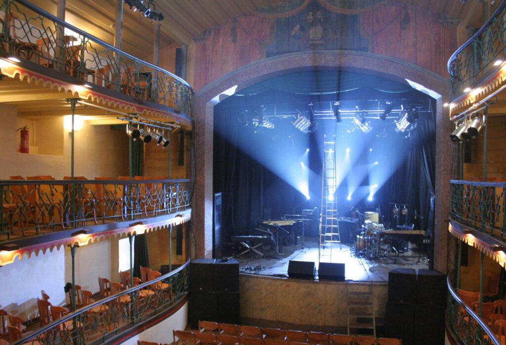 Palco iluminado da Casa da Ópera