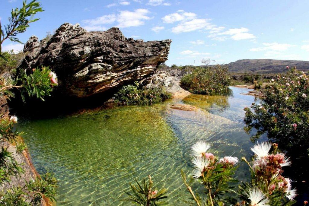 pedra em rio limpo