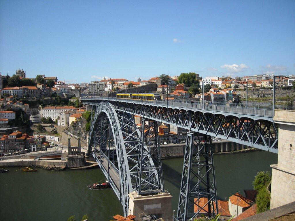 imagem aérea da ponte Pedro I, em Portugal
