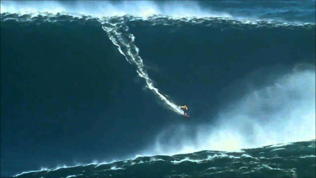 surfista em onda gigantesca