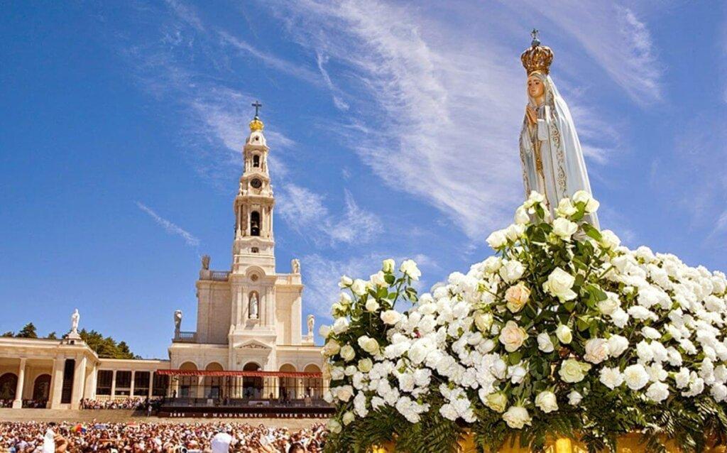 imagem de Nossa Senhora de Fátima com santuário ao fundo