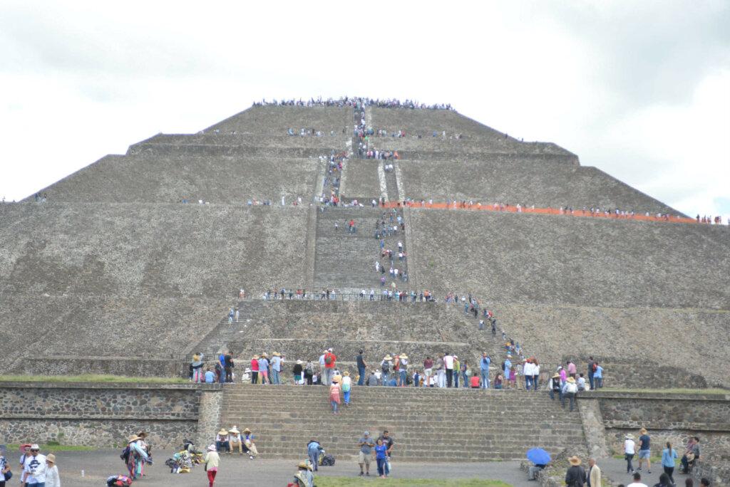 Pirâmide do Sol com muitos turistas