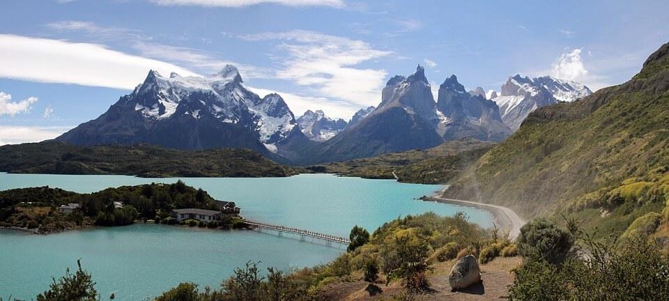 Lago e montanhas ao fundo na Cordilheira dos Andes