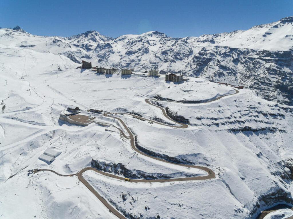 Vista panorâmica do Vale Nevado, com neve e casinhas ao fundo