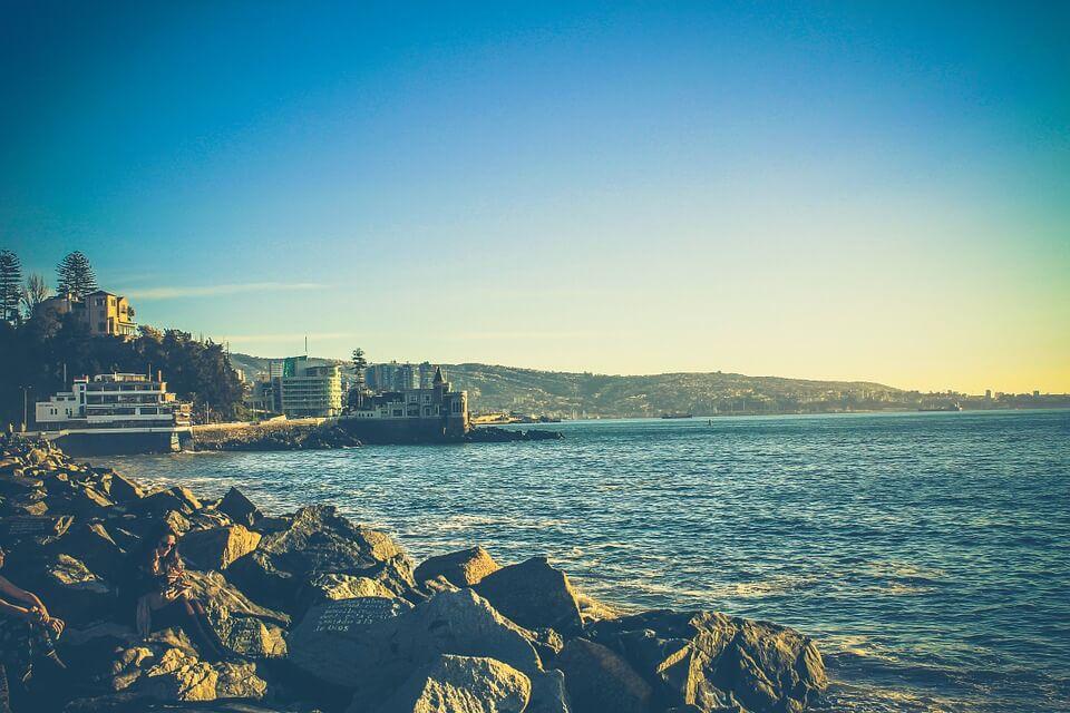 Praia e castelo à margem da praia em Viña del Mar